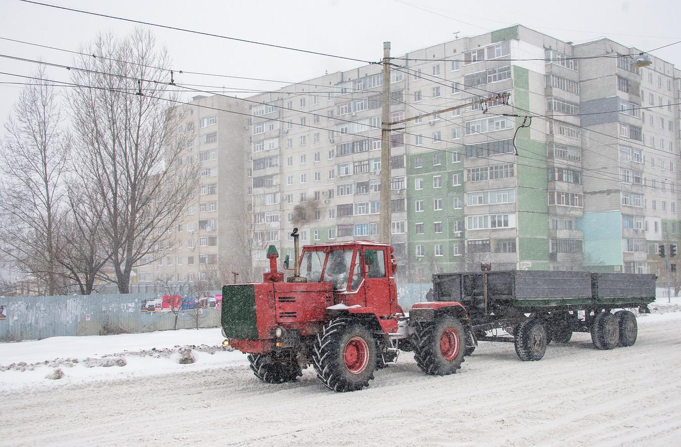 Трактор Т-150К с прицепом. Сумы, ул. Героев Крут