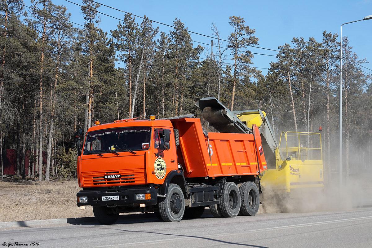 Самосвал КамАЗ-45147 #С 254 КС 14 c прицепной подметально-уборочной машиной Broddsweden Scandinavia. Якутск, Вилюйский тракт