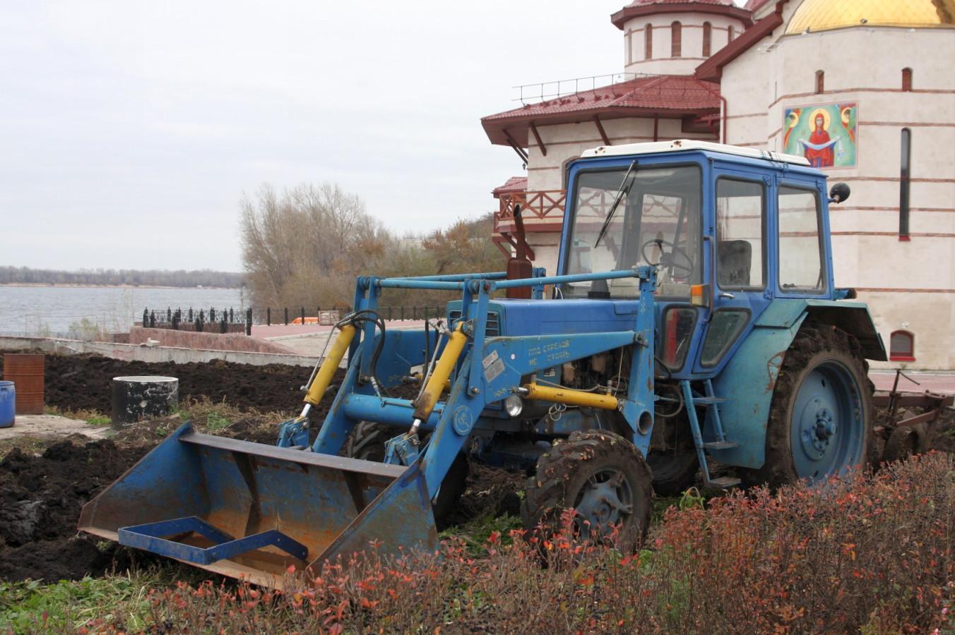 Фронтальный погрузчик на базе трактора МТЗ-80 . Самарская область, село Винновка (Монастырь)