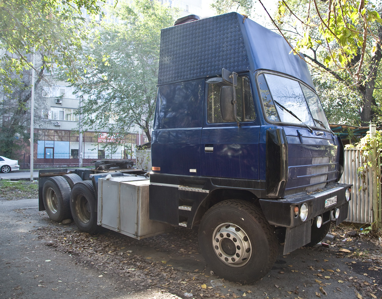 Тягач Tatra T815 #371 EWA 02. Алматы, улица Толе би