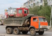 КамАЗ-55111 #У 479 АТ 14 c бульдозером на базе трактора ДТ-75 #1938 РМ 14. Якутск, проспект Ленина