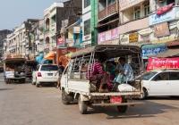 Бортовой грузовик Toyota Lite Ace #8D-2319, оборудованный для перевозки пассажиров. Мьянма, Моламьяйн