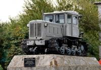 Трактор Т-74 на постаменте.  Воронежская область, село Петропавловка