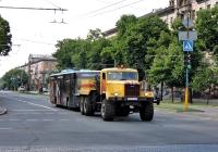 КрАЗ-255Б #АР 4093 АЕ техслужбы Запорожского ТТУ буксирует неисправный троллейбус. Запорожская область, г. Запорожье, Соборный проспект