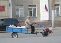 Мотоблок с прицепом.  Курган, улица Куйбышева