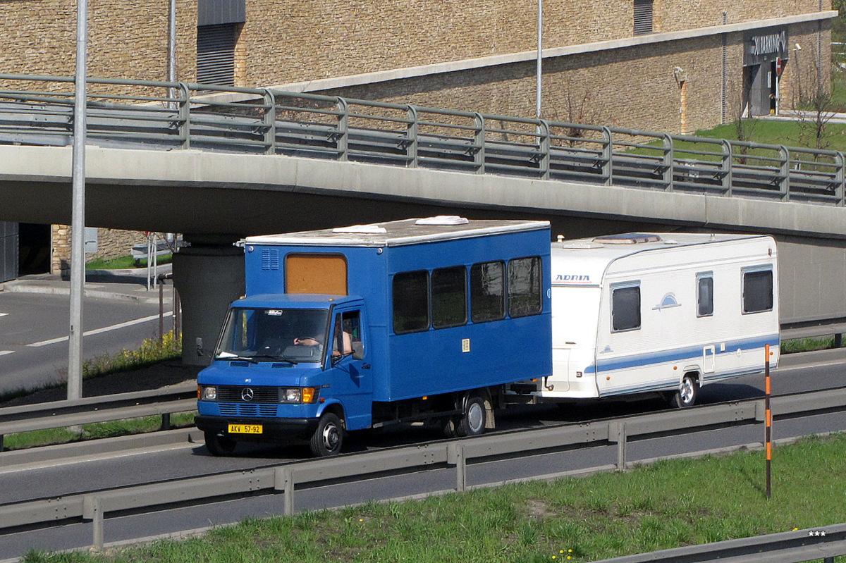 Фургон Mercedes-Benz Vario 815D с прицепом-кемпером. Чехия, Прага, шоссе Прага - Брно