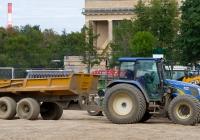 """Трактор New Holland T6000 с прицепом. Москва, олимпийский комплекс """"Лужники"""""""