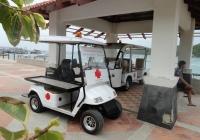 Электроавтомобили пляжной скорой помощи на станции медицинской помощи, остров Ко Лан ,Таиланд. Таиланд, Паттая, о. Лан