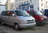 Микроавтобус Volkswagen Caravelle #К 555 ХР 72 . Тюмень, Ямская улица