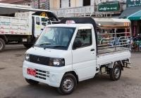 Бортовой грузовик Mitsubishi Minicab #9E-9678, оборудованный для перевозки пассажиров. Мьянма, Моламьяйн