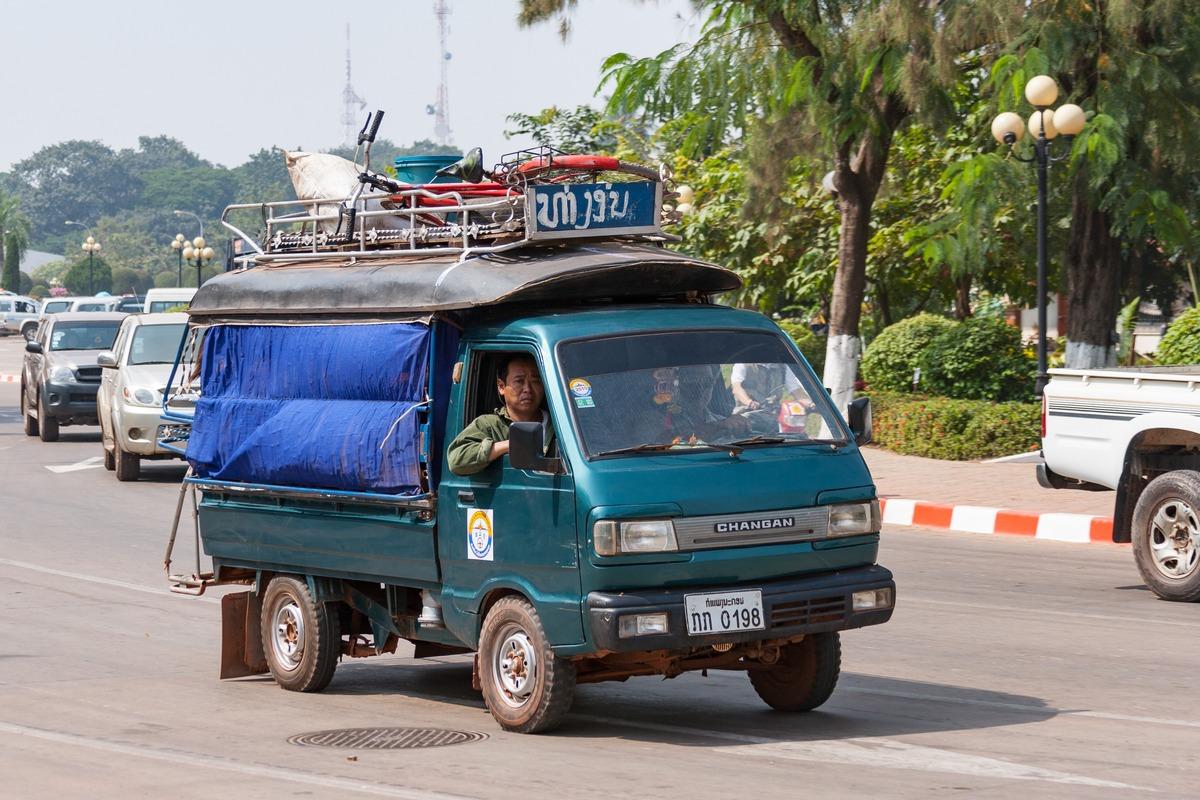 Бортовой грузовик Changan, оборудованный для перевозки пассажиров. Лаос, Вьентьян