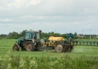 """Трактор МТЗ-80* """"Беларусь"""", прицепной агрегат для внесения жидких удобрений. Вологодская область, Тотемский район, с. Жилино"""