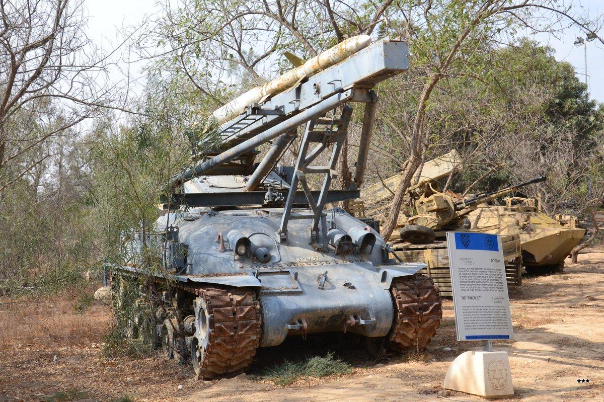 ЗРК Kachlilit AGM-45 Shrike на базе танка Sherman . Израиль, Южный округ, музей ВВС
