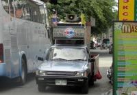 Рекламный автомобиль боев муай тай на базе пикапа Toyota Hilux на улице Паттайи. Таиланд, Паттая