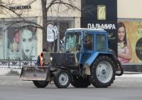 """Трактор МТЗ-80* """"Беларусь"""" с бульдозерным ножом. Курган, улица Ленина"""