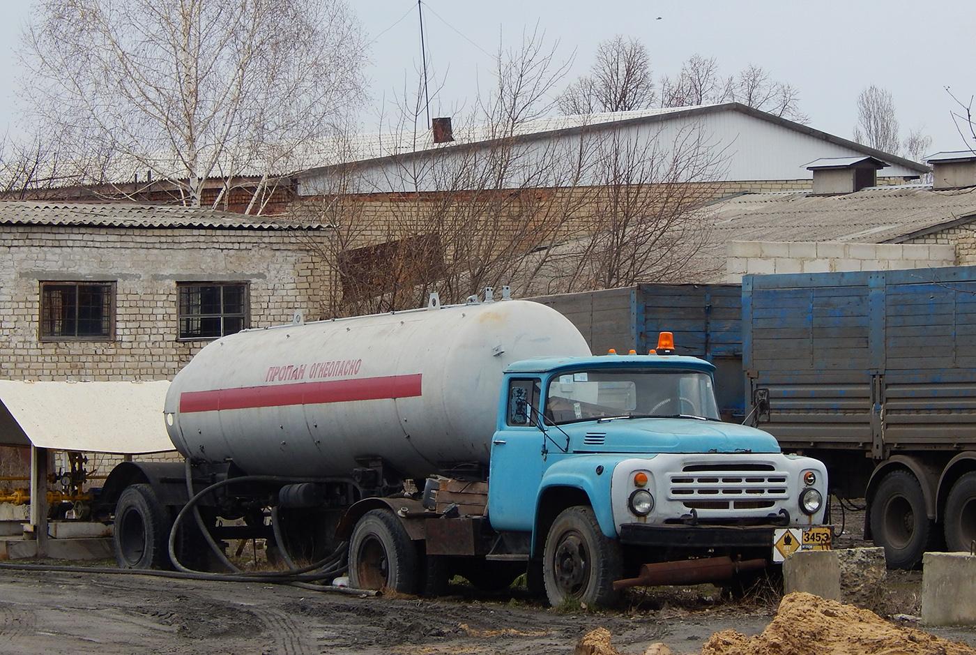 Седельный тягач ЗИЛ-441510 # Е 433 ММ 31 с полуприцепом-пропановозом. Белгородская область, г. Алексеевка, ул. Привокзальная
