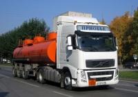Седельный тягач Volvo FH440 #Р 459 УА 86 с полуприцепом-цистерной НефАЗ-96894. Тюмень, улица 50 лет Октября