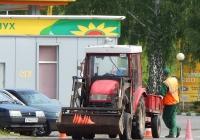Погрузчик на базе трактора с одноосным прицепом. Белгородская область, г. Валуйки. ул. Энергетиков
