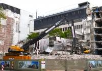 Демонтаж здания с помощью эксковатора Volvo EC 700B. Германия, Северный-Рейн-Вестфалия, Дюссельдорф