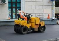 Дорожный каток в процессе работы . Москва, 1-й Новоподмосковный переулок