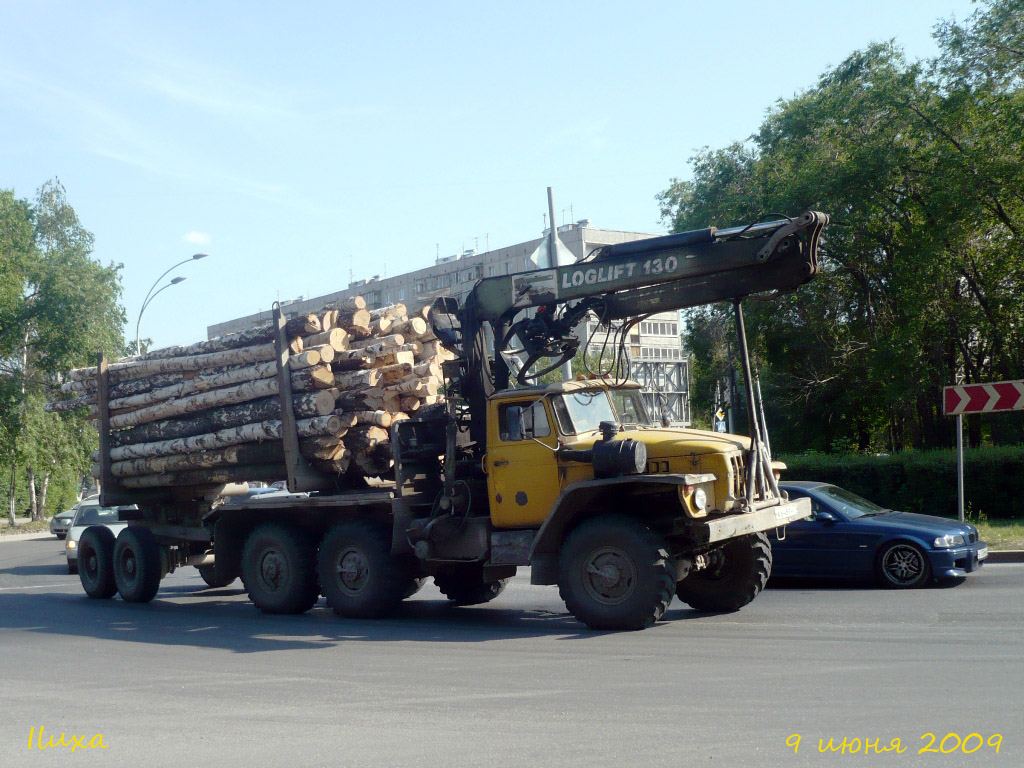 Лесовоз на базе Урал-4420 с прицепом-роспуском. Тюмень, улица 50 лет Октября