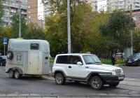 Автомобильный прицеп-коневоз Mumbaur Carrus, рассчитанный на 2-х животных. Москва, Михалковская улица