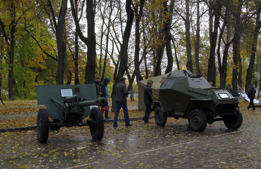 Пушка ЗИС-3 и бронеавтомобиль БА-64Б. Калуга, улица Карла Маркса