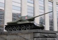 Танк Т-34-85 у входа в Центральный музей Вооружённых Сил Российской Федерации   . Москва, улица Советской Армии