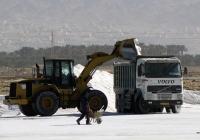 Фронтальный погрущик Caterpillar и самовал Volvo FH12. Израиль, Эйлат, соляные разроботки
