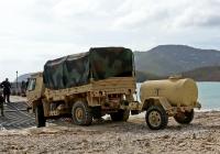 Армейский грузовик Oshkosh M1078 (LMTV) #550-42 с одноосной цистерной для питьевой воды на прицепе. Виргинские острова, о. Сент-Томас. Сент-Томас, США