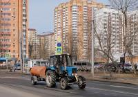 Коммунальная уборочная машина на базе трактора Беларус-82.1 с прицепом-цистерной для полива  . Москва, Бескудниковский бульвар