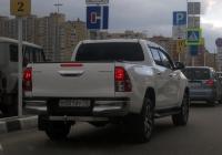 "Пикап Toyota Hilux #М 001 ВУ 72. Тюмень, парковка ТРЦ ""Кристалл"""