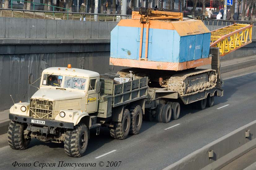 КрАЗ-255Б1 буксирует кран МКГ на трейлере ЧМЗАП-5212А.. Киев. ул. О. Телиги.