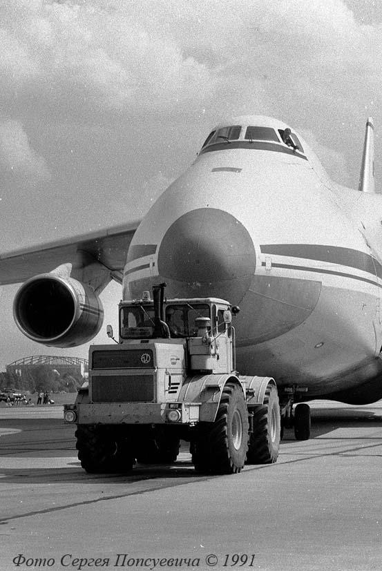 """Трактор К-702 буксирует самолет Ан-124 """"Руслан""""... Киев. Аэропорт """"Киев"""""""