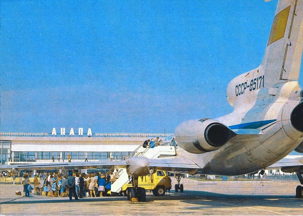"Трап пассажирский самоходный ТПС-22 на шасси УАЗ-452ДМ на обслуживании авиалайнера Ту-154Б-1. Адлер, Аэропорт ""Анапа"""