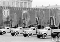 грузовые автомобили ЗиЛ-166А на Красной площади во время празднования 44-й годовщины Октябрьской революции. г. Москва, Красная площадь