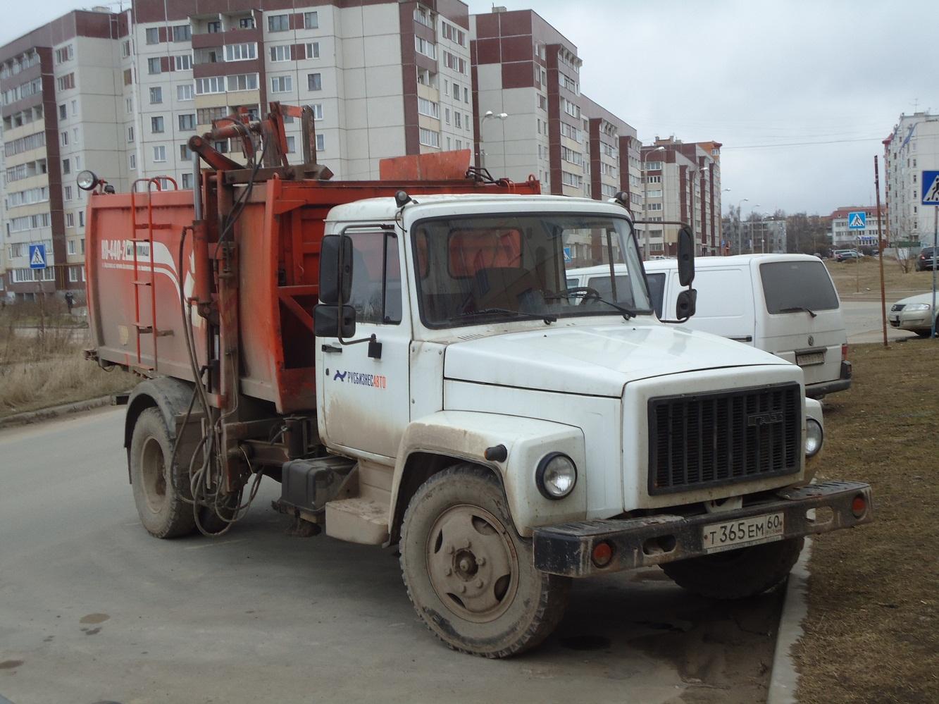 Мусоровоз КО-440-2 на шасси ГАЗ-3309 #Т 365 ЕМ 60. Псков, улица Достовалова