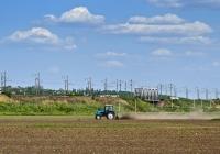Трактор Беларус-1221.1  с культиватором . Украина, Николаевская область, Вознесенский район