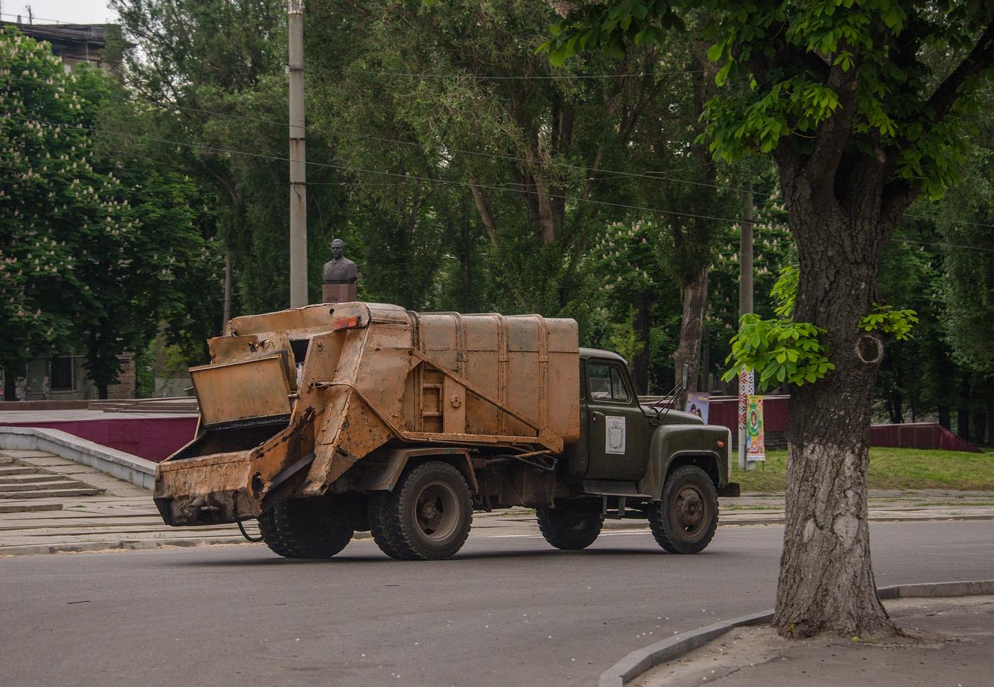 Мусоровоз 53М на шасси ГАЗ-53А. Днепропетровская область, Каменское, просп. Свободы