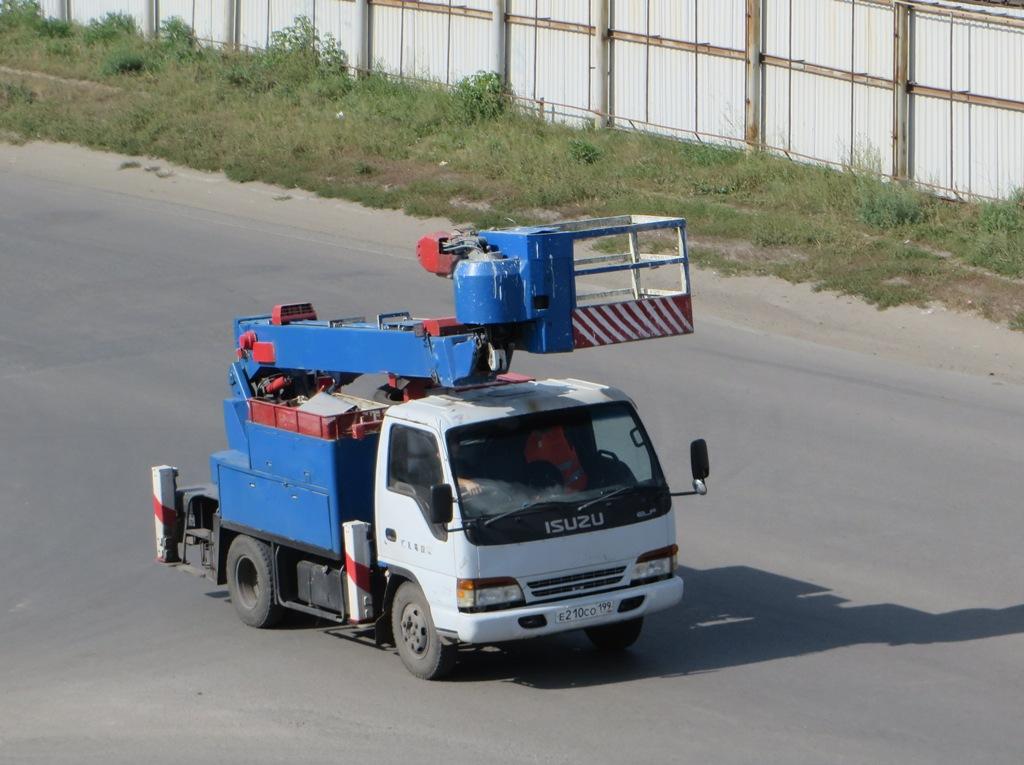 Автоподъёмник Aichi SK-151 на шасси Isuzu ELF #Е 210 СО 199. Курган, Станционная улица