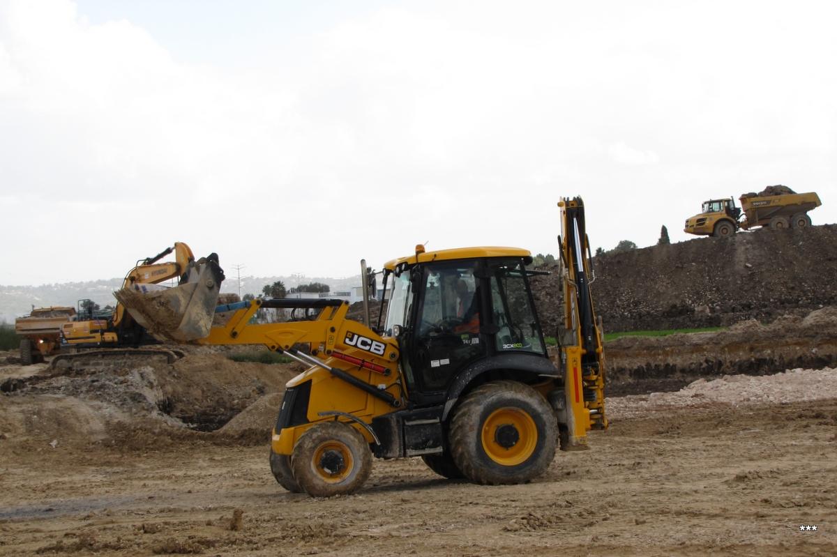 Трактор JCB 3CX ECO, строительство автобусного терминала на востоке Хайфы. Израиль, перекресток Ягур