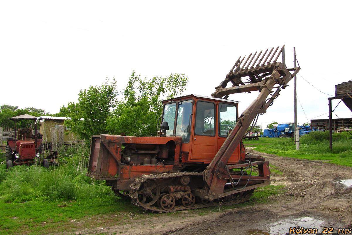Погрузчик-копнитель на базе трактора ДТ-75. Алтайский край, Поспелихинский район