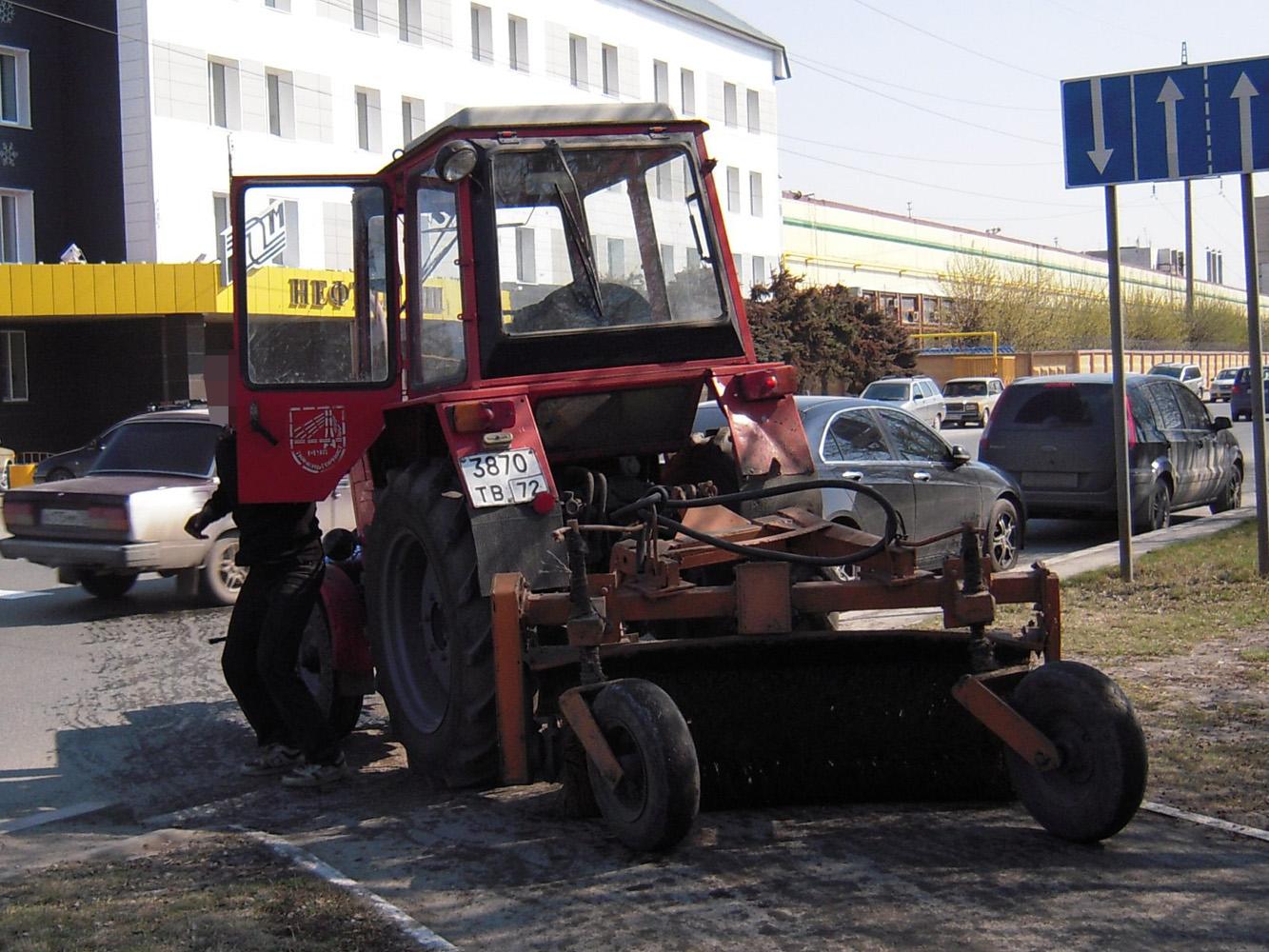 Коммунально-уборочная машина на базе трактора Т-25А #3870 ТВ 72 . Тюмень, Военная улица