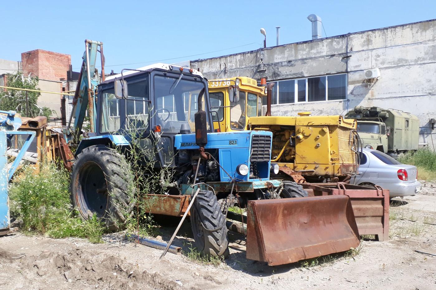 Экскаватор ЭО-2621 на базе трактора Беларус-82.1 (МТЗ-82.1). Тюмень, улица Чекистов
