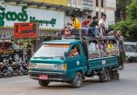 Бортовой грузовик Toyota Lite Ace 8H-3308, оборудованный для перевозки пассажиров. Мьянма, Мандалай
