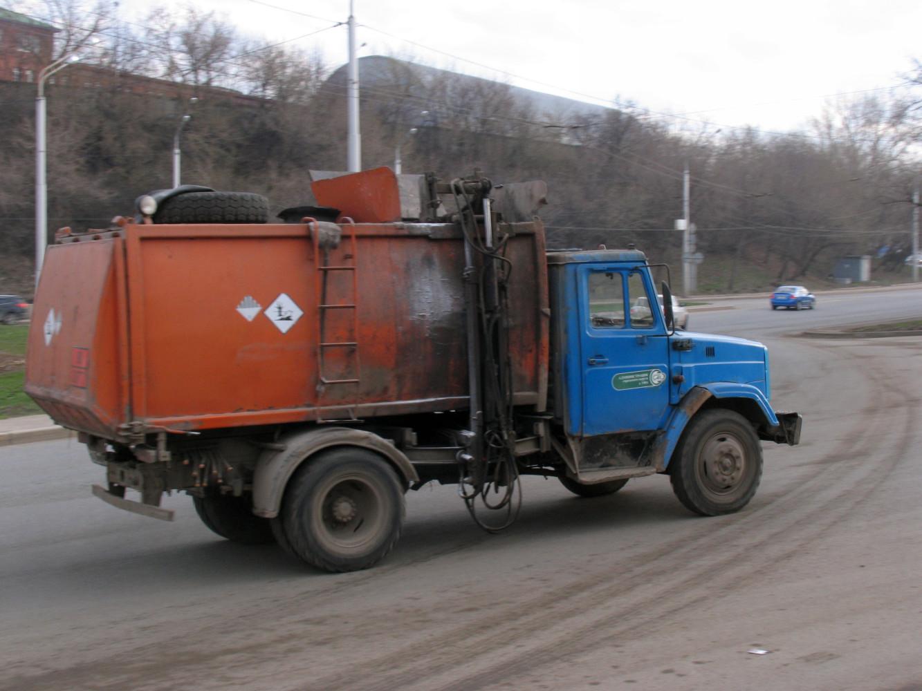мусоровоз КО-440-4 на шасси ЗиЛ-4331*. г. Уфа, ул. им. города Галле