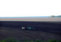 Полевые работы по внесению органических удобрений. Белгородская область, Алексеевский район, Тютюниковский сельский окоруг