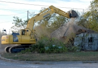 Экскаватор Komatsu PC220LC сносит дом в Техасе, США. США, Техас