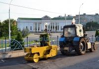 Каток ДУ-54 и трактор Беларус-82.1  #737 ТА с навесным погрузчиком . Приднестровье, Бендеры, улица Ермакова
