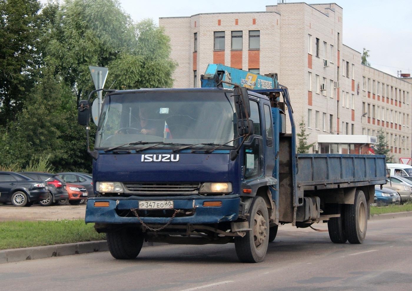 Бортовой грузовик Isuzu Forvard с КМУ Tadano Super Z300 #Р 347 ЕО 60. Псков, Инженерная улица